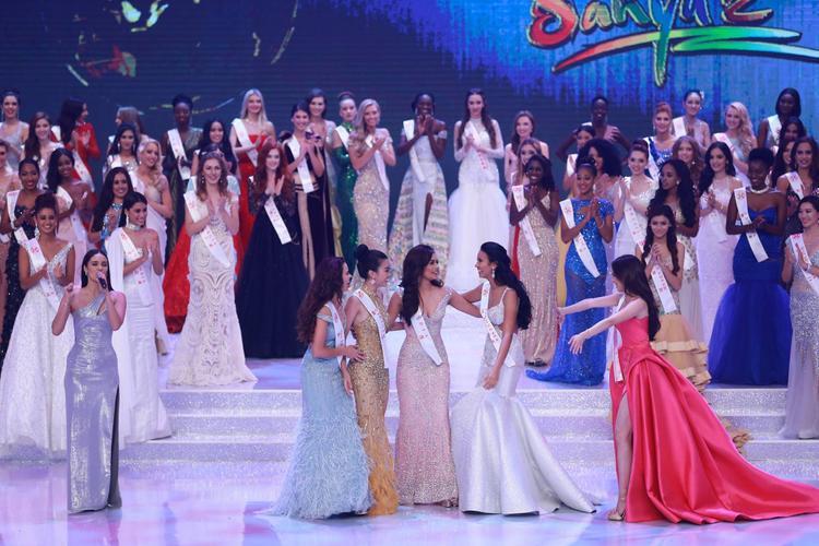 Đỗ Mỹ Linh và các thí sinh trong top 5 Hoa hậu nhân ái ăn mừng chiến thắng trên sân khấu.