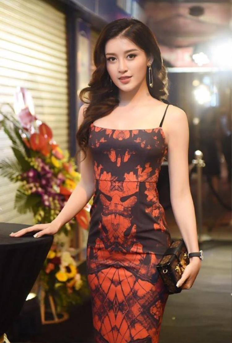 Ngay cả khi diện váy hai dây sexy, Huyền My cũng không quên sử dụng chiếc túi hình hộp được cô nàng rất yêu thích này.