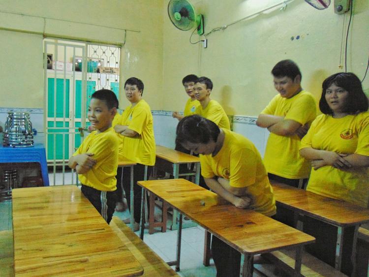 Sau những nỗ lực không mệt mỏi của thầy cô, các em đã biết cư xử đúng mực, khoanh tay chào hỏi mỗi khi có khách vào lớp học.