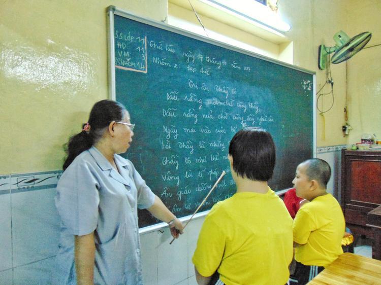 Trường tổ chức học 2 ca và nhận giữ bán trú. Buổi sáng học văn hóa, buổi chiều học nghề và thể chất.