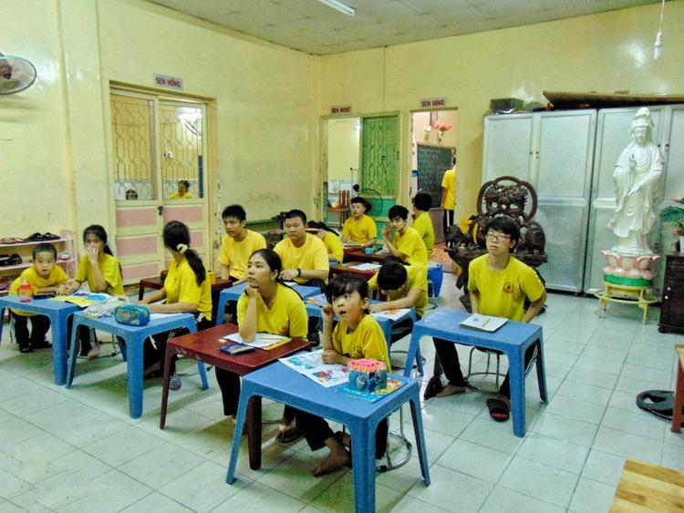 Một trong 6 lớp học tại Trung tâm Giáo dục trẻ em khuyết tật Quận 4. Các em theo học ở trung tâm đều là trẻ em chậm trí hoặc có khiếm khuyết cơ thể.