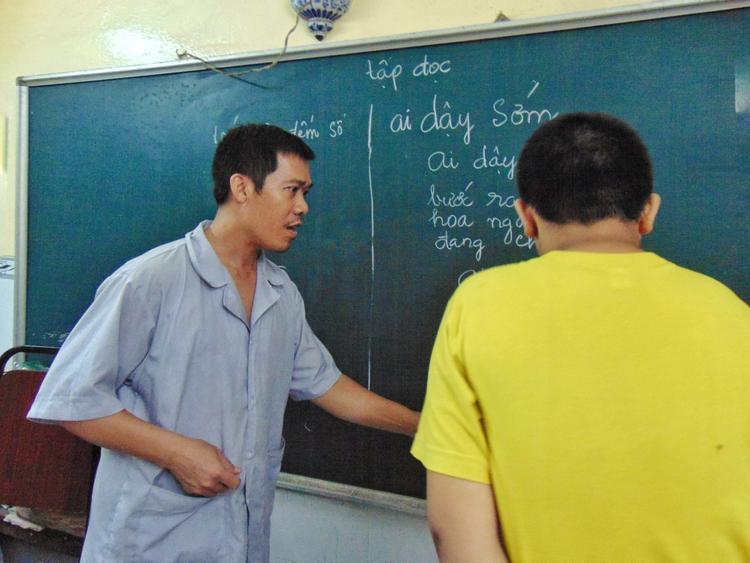 Thầy Sơn đến với trung tâm từ năm 25 tuổi. Hàng ngày được đứng lớp dạy dỗ các em, tuy vất vả nhưng thầy vẫn xem đó là niềm vui trong cuộc sống.