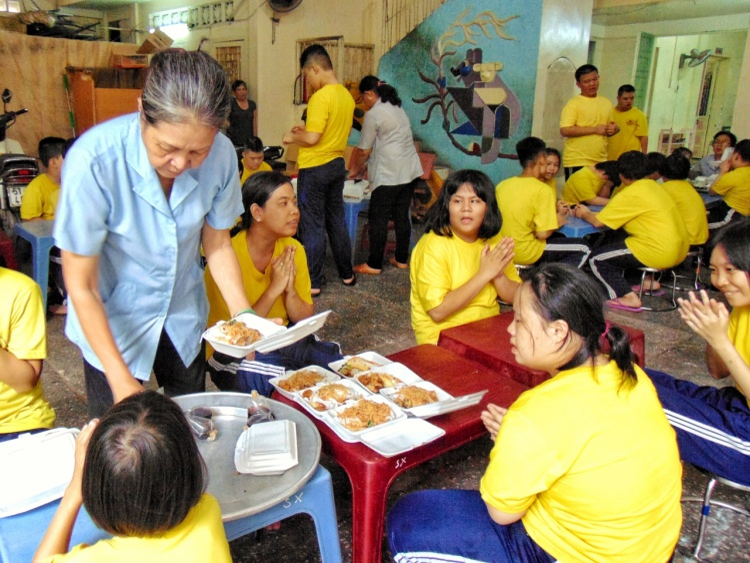 Khi giờ ăn đến, các giáo viên sẽ đóng vai trò là một người bảo mẫu, chăm lo từng bữa ăn cho các em.