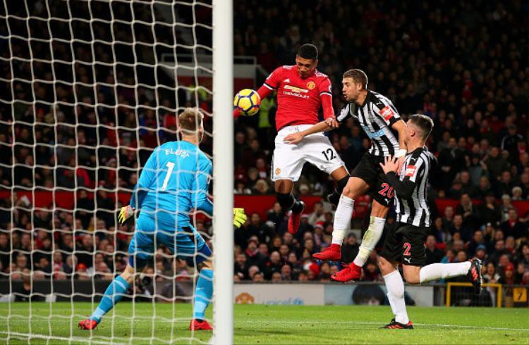 Man United vượt lên dẫn 2-1 ở phút bù giờ thứ nhất khi Chris Smalling bật cao đánh đầu chuẩn xác.