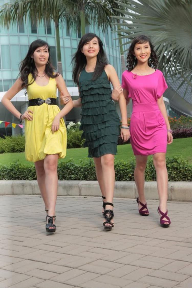 Đây là nhan sắc của Xuân Thảo vào năm 2010. Cô (váy hồng) đang sải bước cùng hot girl Mie Nguyễn. Có thể nói lúc này, Xuân Thảo khá ốm
