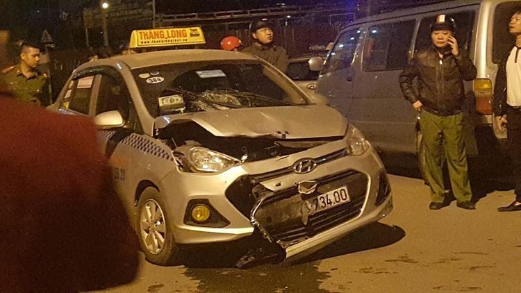 Đầu xe máy nát bét sau va chạm với taxi, một người thiệt mạng