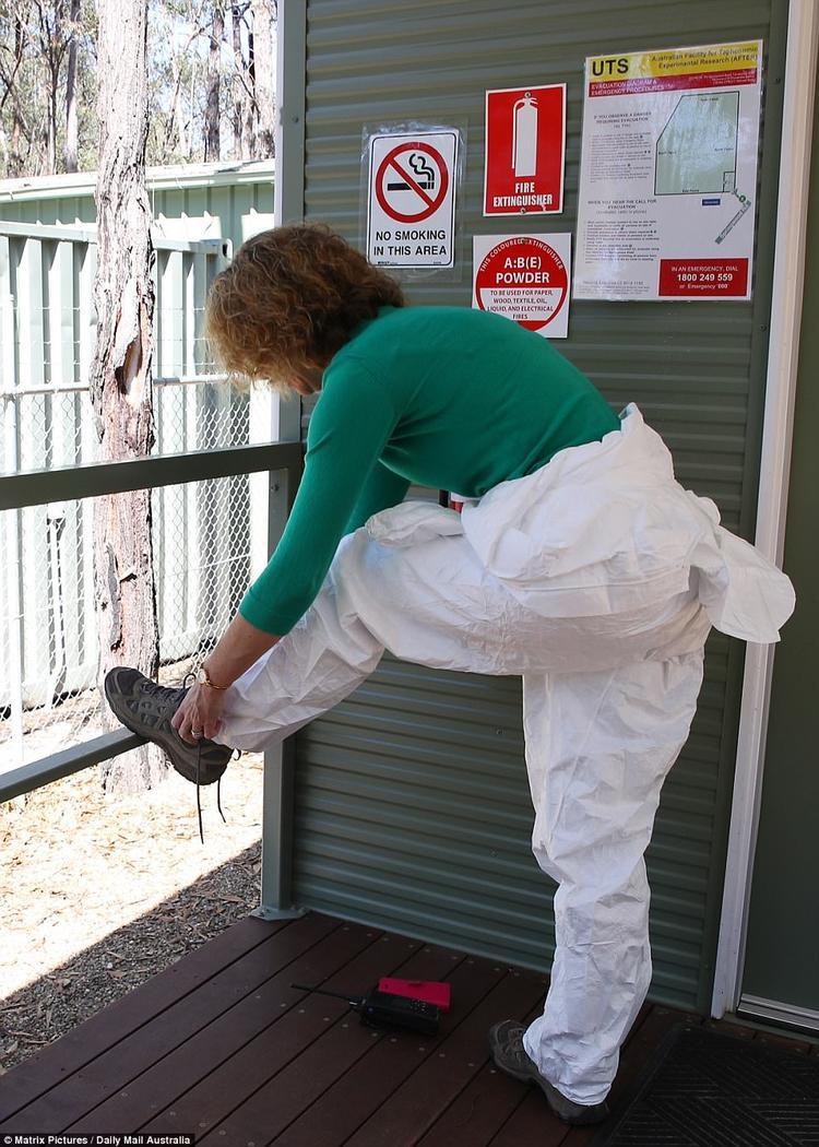 Giáo sư Shari Forbes đang chuẩn bị quần áo bảo hộ trước khi bước vào khu vực nghiên cứu rộng 4.8 ha.