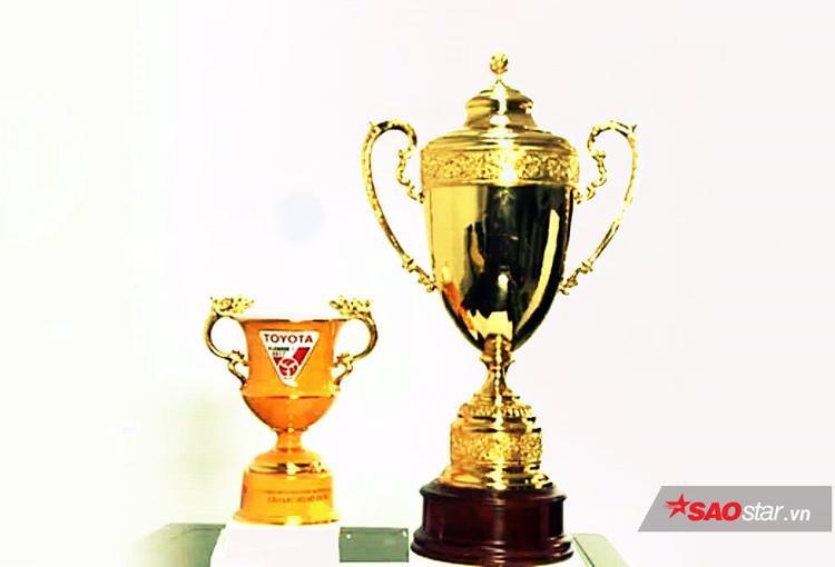 Nhà vô địch V.League 2017 sẽ nhận được hai chiếc Cúp như trong hình.