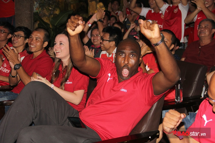 Huyền thoại Sol Campbell cũng ăn mừng đầy phấn khích. Trước trận đấu, danh thủ này chỉ dám dự đoán đội nhà có được một kết quả hòa.