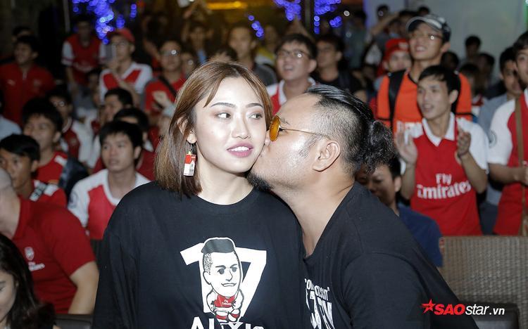 """Vinh Râu sung sướng """"cưỡng hôn"""" bạn gái để ăn mừng ngay khi tiếng còi hết trận vang lên khiến Minh Trang không kịp phản ứng. Vinh cho biết: """"Tôi quá hạnh phúc và sung sướng. Tôi không nghĩ đội bóng mình yêu thích có một trận đấu hay đến như vậy""""."""