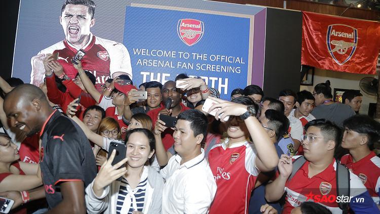 Sau trận đấu, các fan Arsenal quây quanh huyền thoại Sol Campbell để chụp ảnh lưu niệm. Chắc chắn danh thủ người Anh đã có một kỷ niệm tuyệt vời và đầy ấn tượng trong chuyến sang Việt Nam lần này.