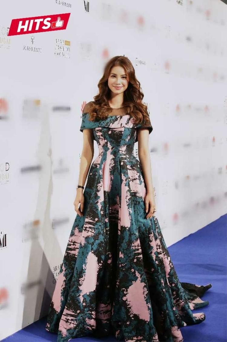 Phạm Hương lộng lẫy như nữ thần khi tham dự tuần lễ thời trang tại Dubai, mái tóc xoăn sóng cùng kiểu trang điểm nhẹ làm bừng sáng nét đẹp thanh tú, hút hồn của hoa hậu.