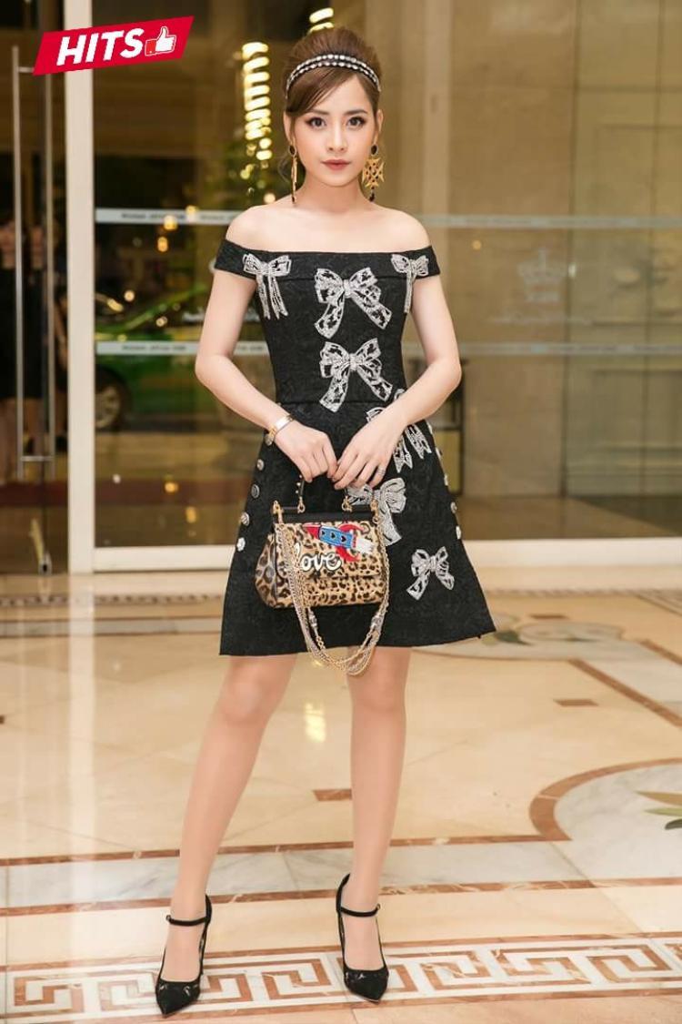 Chi Pu cũng không hề kém cạnh khi diện nguyên outfit đến từ thương hiệu D&G danh tiếng. Chỉ riêng bộ váy đã có giá trị hơn 115 triệu đồng.