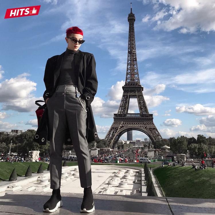 Kelbin Lei nổi bật trên đường phố Paris với trang phục mix theo lối layer. Điểm nhấn mái tóc đỏ rực, giày Balenciaga cùng cặp kính mắt mèo trendy là điểm cộng phong cách.