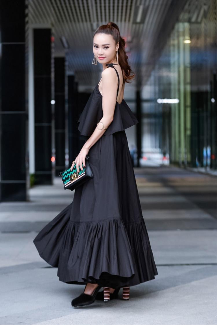 Mặc dù diện cây hàng hiệu lên đến trăm triệu nhưng nữ diễn viên vẫn không gây ấn tượng khi chọn tông trang điểm quá nhạt nhòa. Giày và phụ kiện cùng tông đen có phần bị chiếc váy xòe bồng phần đuôi nhấn chìm.