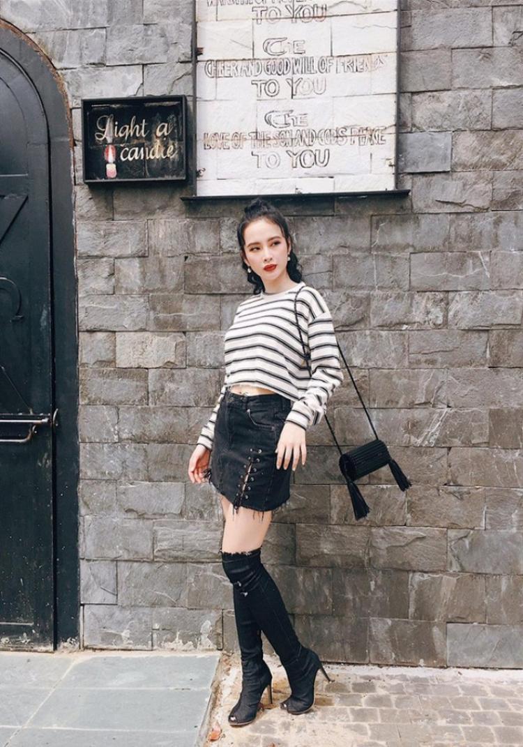 Đơn giản hơn, cô nàng phối áo thun kẻ sọc + chân váy ngắn nửa đùi, đôi boots cao qua gối làm điểm nhấn chính. Trông vô cùng trẻ trung mà vẫn chất ngất vạn người mê.