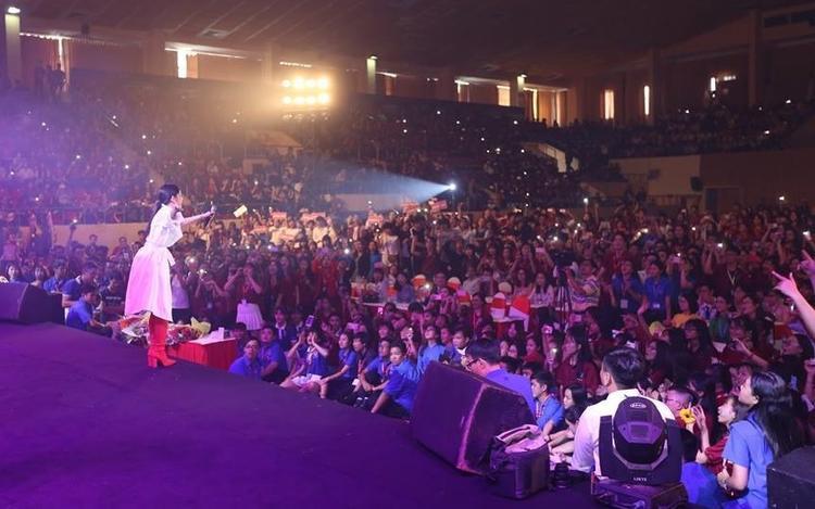Đông Nhi lần đầu đưa 6 gà cưng nam thần khuấy động hàng ngàn sinh viên
