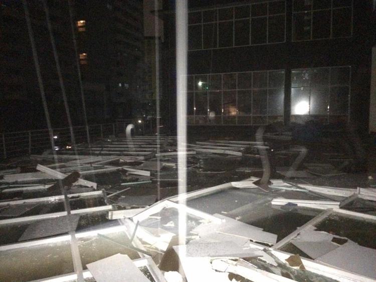 Khu nhà D5 KTX ĐHQG các mảnh vỡ vương vãi khắp nơi.