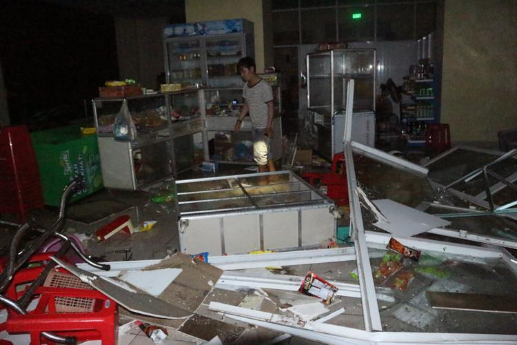 Toàn bộ bàn ghế, tủ đựng đồ của một cửa hàng tạp hóa tại KTX bị phá nát chỉ sau 1 tiếng đồng hồ.