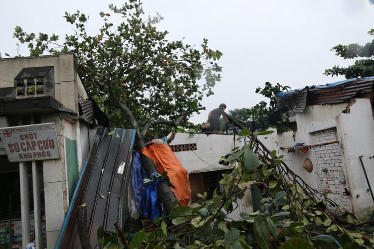Đây là căn nhà trọ của một bạn sinh viên sinh sống tại khu vực vừa bị trận mưa tối qua làm tốc mái.