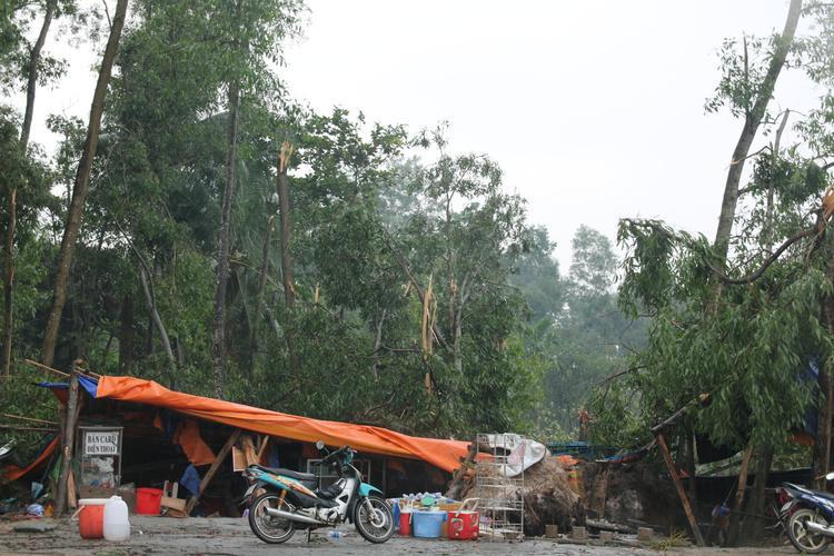 Quán nước phục vụ sinh viên KTX bị trận mưa phá nát mọi thứ.