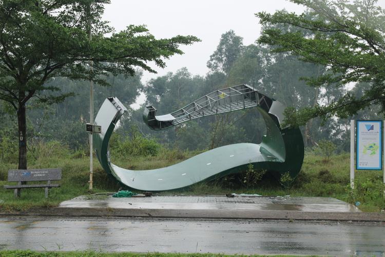 Trạm chờ xe buýt tại KTX bị gió quật ngã.