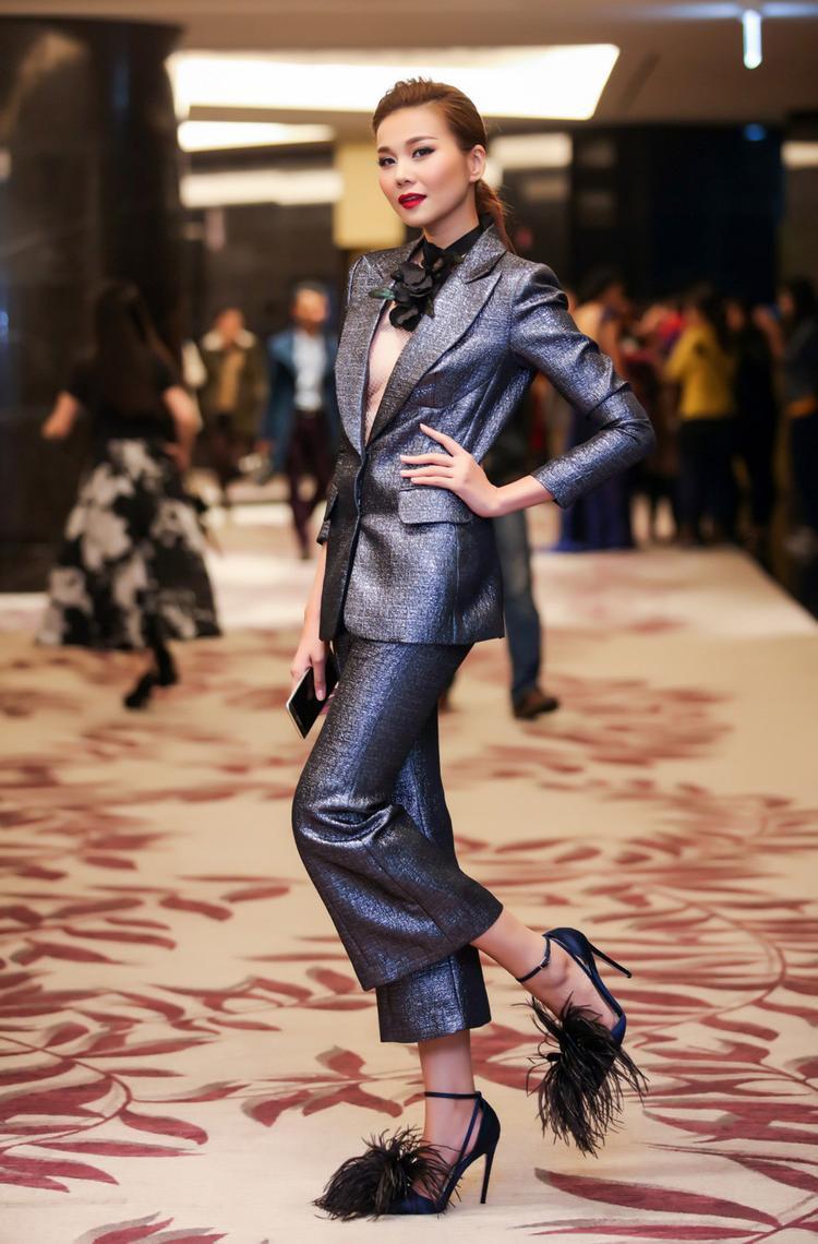 Siêu mẫu Thanh Hằng quyền lực nhưng vẫn điệu đà khi kết hợp suits ánh kim cùng giày cao gót lông vũ.