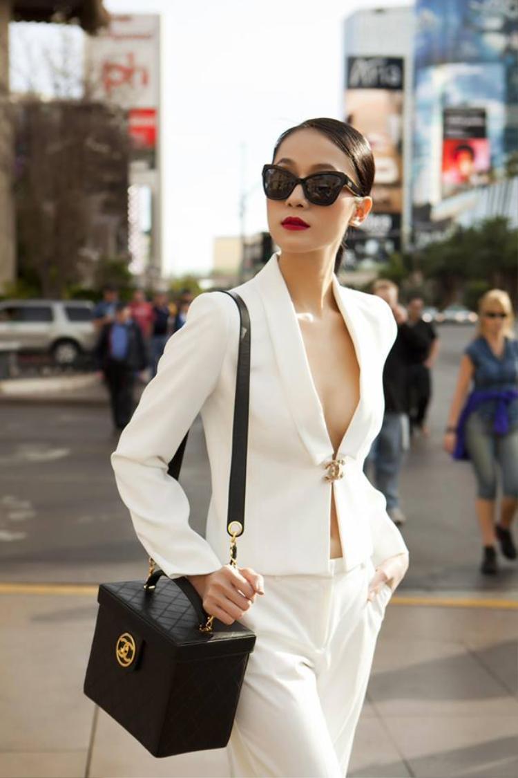 Siêu mẫu Thái Hà diện suits trắng kết hợp cùng túi Chanel dạng hộp sang chảnh.