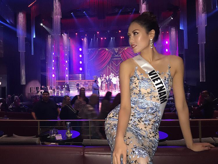 Nguyễn Thị Loan trình diễn nổi bật trong đêm thi Trang phục dân tộc tại Miss Universe 2017