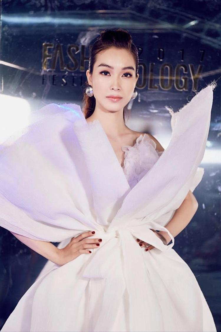Cô còn được xem là nàng thơ của NTK Hoàng Minh Hà.