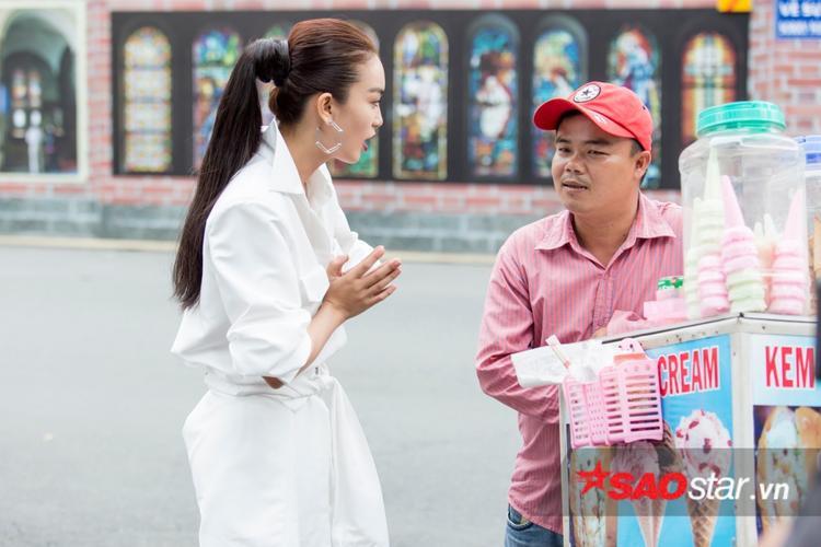 Dù phải tương tác với khách mời bất đắc dĩ, song Thuỳ Dung vẫn có nhiều tạo dáng tự nhiên, cuốn hút đúng tinh thần Street Style.