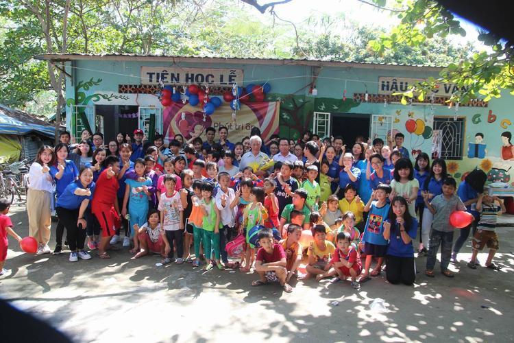 Hơn 40 sinh viên lớp địa lý phát triển kinh tế vùng và các em nhỏ tại lớp học tình thương cùng có mặt tại buổi lễ tri ân.