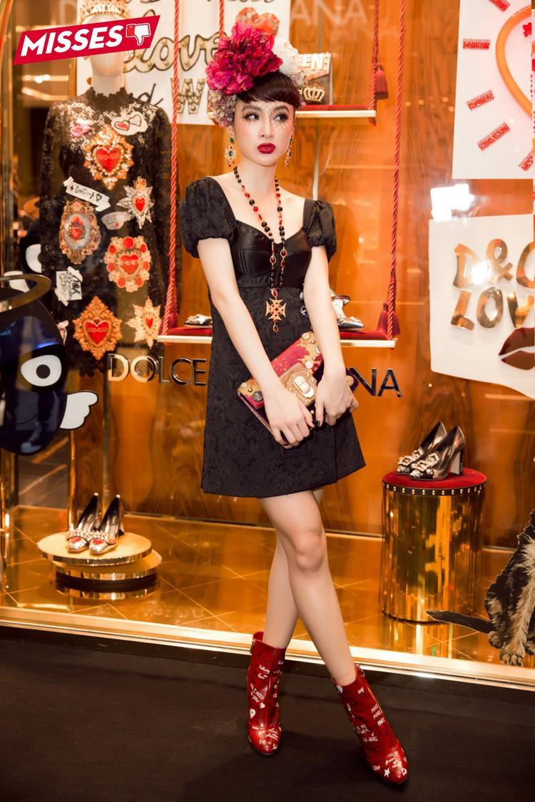 Tham gia một sự kiện thời trang tại TP.HCM, Angela Phương Trinh gây khó hiểu người đối diện khi chọn bộ trang phục được kết hợp phụ kiện cách rối mắt. Từ boots đến dây chuyền bản to và cuối cùng là hoa cài đầu khiến tổng thể trở nên lộn xộn.