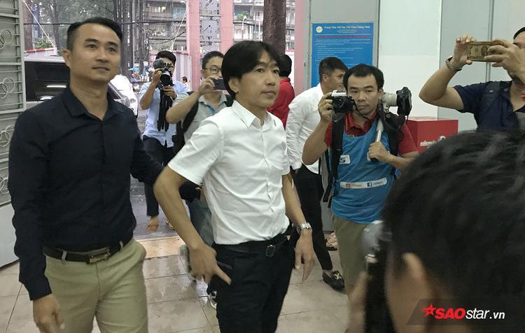 Chiều ngày 19/11, cựu HLV trưởng tuyển Việt Nam - Toshiya Miura có mặt tại sân Thống Nhất để dự khán trận đấu giữa TP HCM và Than Quảng Ninh ở vòng 25 V-League 2017. Ngay lập tức sự xuất hiện của ông thu hút sự quan tâm của truyền thông.