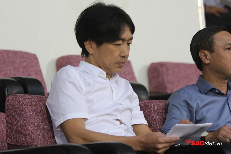 Sau khi đến sân, HLV người Nhật chăm chú nghiên cứu danh sách thi đấu và đội hình ra sân của hai đội.Nhiều nguồn tin chưa chính thức cho rằng HLV người Nhật có mặt ở TP HCM để đàm phán hợp đồng dẫn dắt CLB TP HCM kể từ mùa giải 2018.