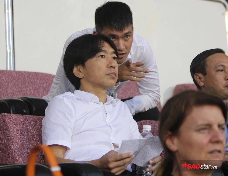 Quyền Chủ tịch CLB TP.HCM Lê Công Vinh cũng có mặt trên khán đài. Cựu tiền đạo lừng danh bóng đá Việt chỉ tay xuống sân và trò chuyện khá sôi nổi cùng ông thầy cũ.
