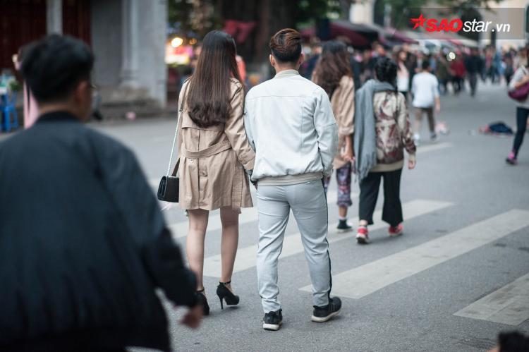 Những cặp tình nhân thong thả dạo phố ngày lạnh.