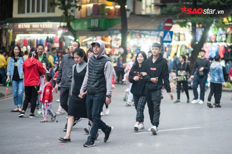 Cặp đôi nào cũng tay trong tay, thích thú diện đồ đôi ấm áp dạo phố.