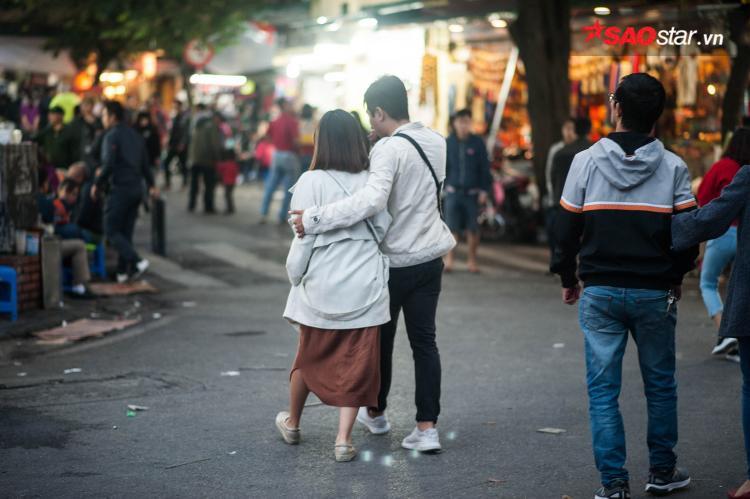 Các cặp đôi xúng xính áo ấm đi bên nhau.