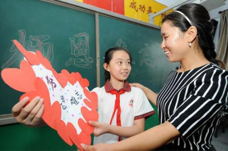 """Năm 1985, Trung Quốc chọn ngày 10/9 hàng năm là ngày tri ân nhà giáo. Tuy nhiên, tới bây giờ, nhiều người Trung Quốc muốn chuyển ngày lễ này sang ngày 28/9 - ngày sinh của Khổng Tử - người vốn được coi là """"thầy giáo của muôn đời"""". Vào ngày này, nhiều thế hệ học sinh cũng như các bậc ông bà, cha mẹ ở Trung Quốc sẽ đến viếng thăm đền miếu thờ những vị hiền triết có công tạo dựng nền giáo dục và triết lý sống nhân sinh quan của Trung Quốc như Lão Tử, Khổng Tử, Trang Tử…"""