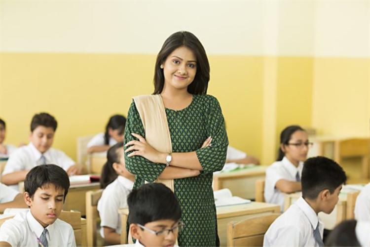 Ngày 5/9 là ngày nhà giáo của Ấn Độ. Đây là ngày để tưởng nhớ thủ tướng thứ 2 của nước này - Sarvepalli Radhakrishnan và cũng là ngày sinh nhật của ông. Vào dịp này, học sinh khóa trên sẽ kèm cặp và hướng dẫn các em khóa dưới để thấu hiểu sự vất vả cũng như tỏ lòng biết ơnđến thầy cô giáo. Ở Ấn Độ, đây không phải là ngày lễ nên nó được tổ chức bằng nhiều hoạt động mang tính giáo dục.