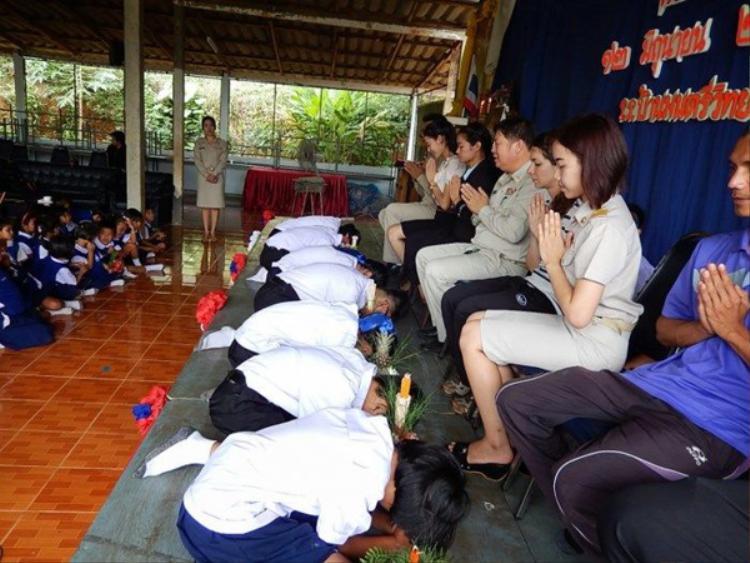 """Ở Thái Lan, ngày hiến chương nhà giáo được tổ chức vào ngày 16/1 hàng năm. Vào dịp này,toàn bộ học sinh sẽ được nghỉ học để dành thời gian đến thăm các thầy cô giáo. Không chỉ vậy, nhiều trường phổ thông còn tổ chức lễ kỷ niệm mang đậm màu sắc tôn giáo. Khi đó, các nhà sư sẽ cầu nguyện cho tất cả những người làm nghề """"gõ đầu trẻ"""" và học sinh sẽ lên tặnghoa, cúi mình bày tỏ sự kính mến đếnnhững người thầy của mình."""