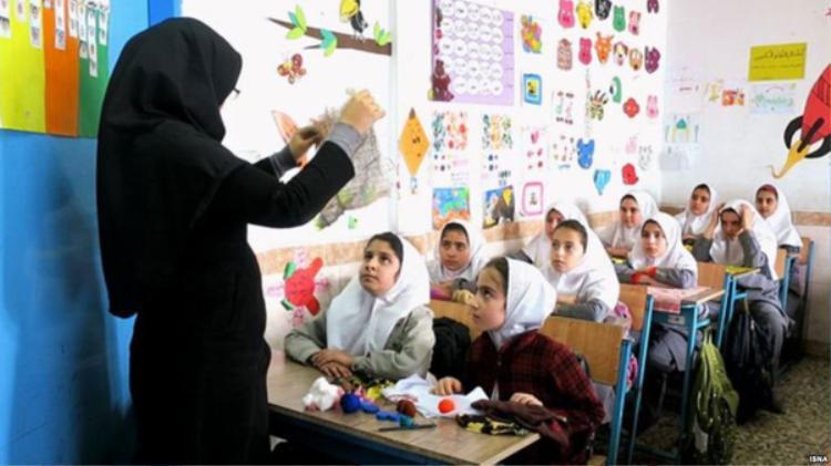 Ngày 2/5 là ngày nhà giáo Iran. Đây là dịp để Iran tưởng niệm sự ra đicủa vị giáo sư quá cố bị ám sát, Ayatollah Morteza Motahhari. ÔngAyatollah được biết đến là một nhà văn nổi tiếng, một thầy giáo luôn sống mãi trong lòng các thế hệ học sinh. Vào ngày này, học sinh sẽ tặng hoa cho các thầy cô giáo như một cách tri ân.