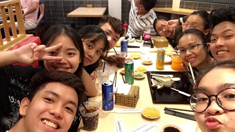 Dàn thí sinh Giọng hát Việt nhí cùng gia đình HLV Cẩm Ly vui vẻ ăn uống bên nhau.