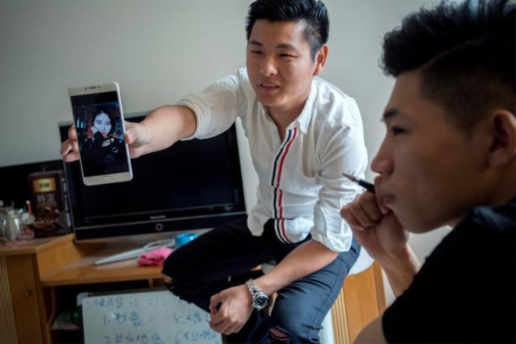 Zhang Mindong (áo trắng). Ảnh: The New York Times