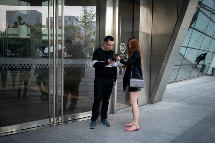 Học viên Yu Ruidong đang trao đổi liên lạc qua WeChat với một phụ nữ mà anh gặp. Ảnh: The New York Times