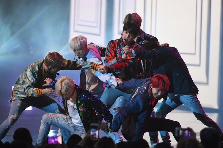 Quá tự hào về những đại diện châu Á: Sau PSY, BTS khiến sân khấu AMAs nổ tung