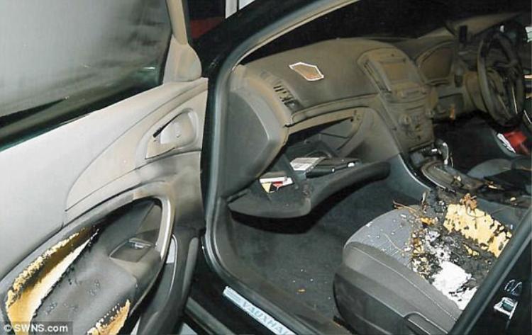 Chiếc xe mà Mohammed đã lái bỏ chạy và tự thiêu.