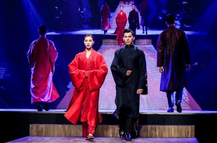 Nếu như ở chiếc áo dài đầu tiên, Minh Tú được kết hợp với áo khoác tạo nên sự chững chạc thì với bộ trang phục thứ hai, người đẹp khéo léo thể hiện bước catwalk uyển chuyển nhưng vẫn đằm thắm của một siêu mẫu.