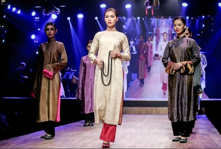 Show diễn giới thiệu những mẫu thiết kế được cách tân từ chiếc áo dài truyền thống, nhưng những vẫn giữ nguyên nét nguyên bản. Đồng thời có sự phối hợp nhuần nhị các chất liệu như : lụa, linen, tơ tằm,…